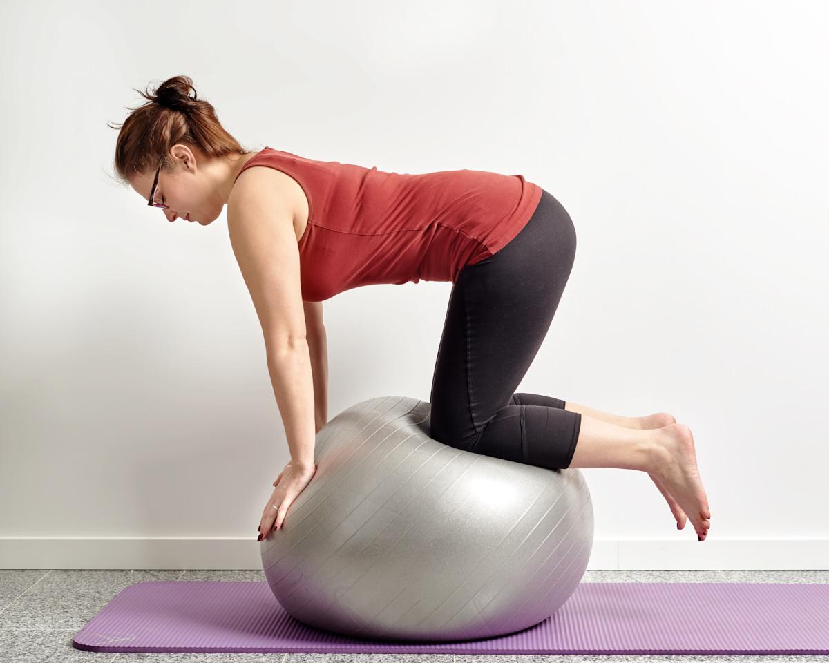 exercice de kinésithérapie sur ballon